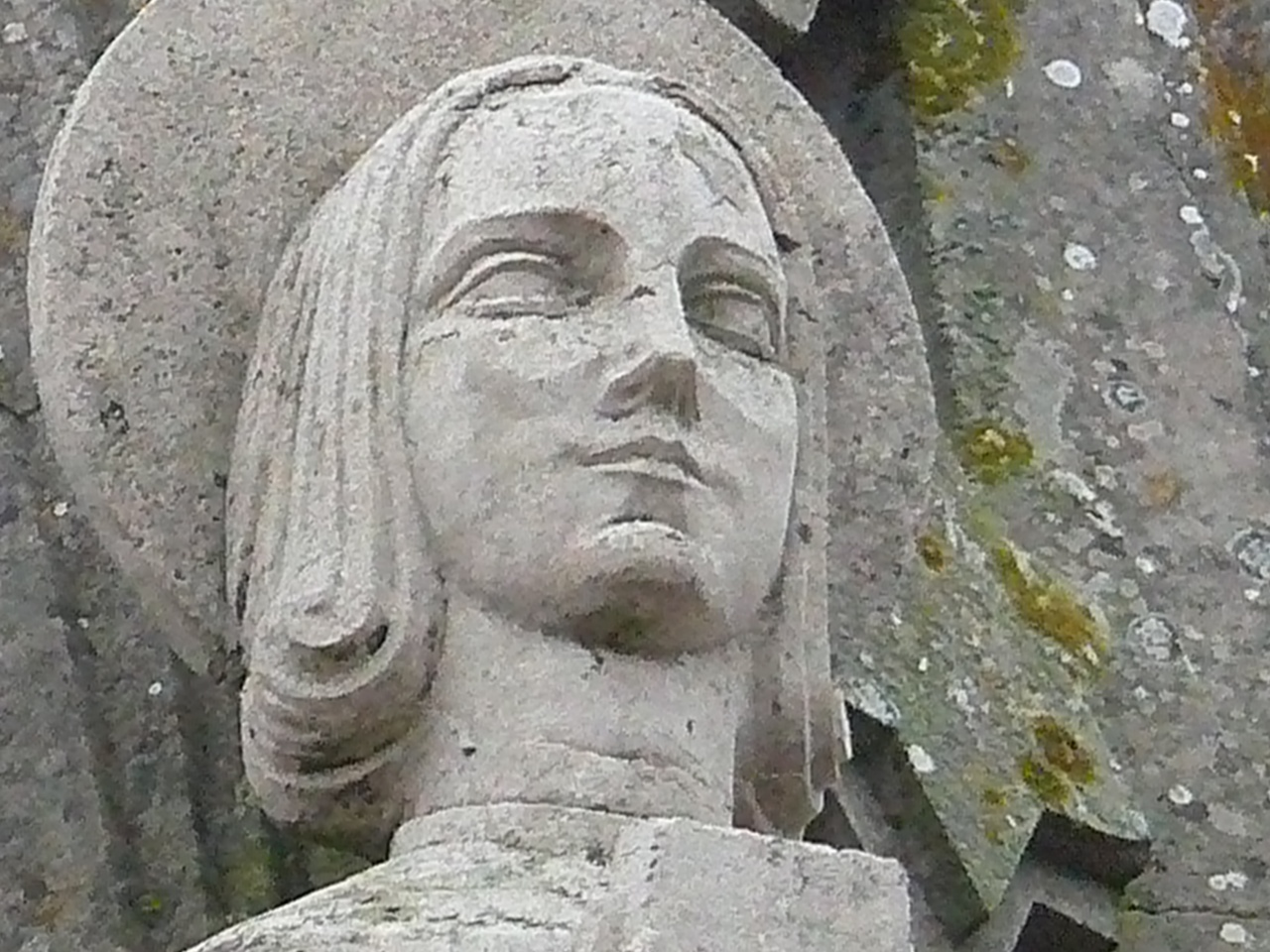 détail d'un des saints qui ornent le clocher