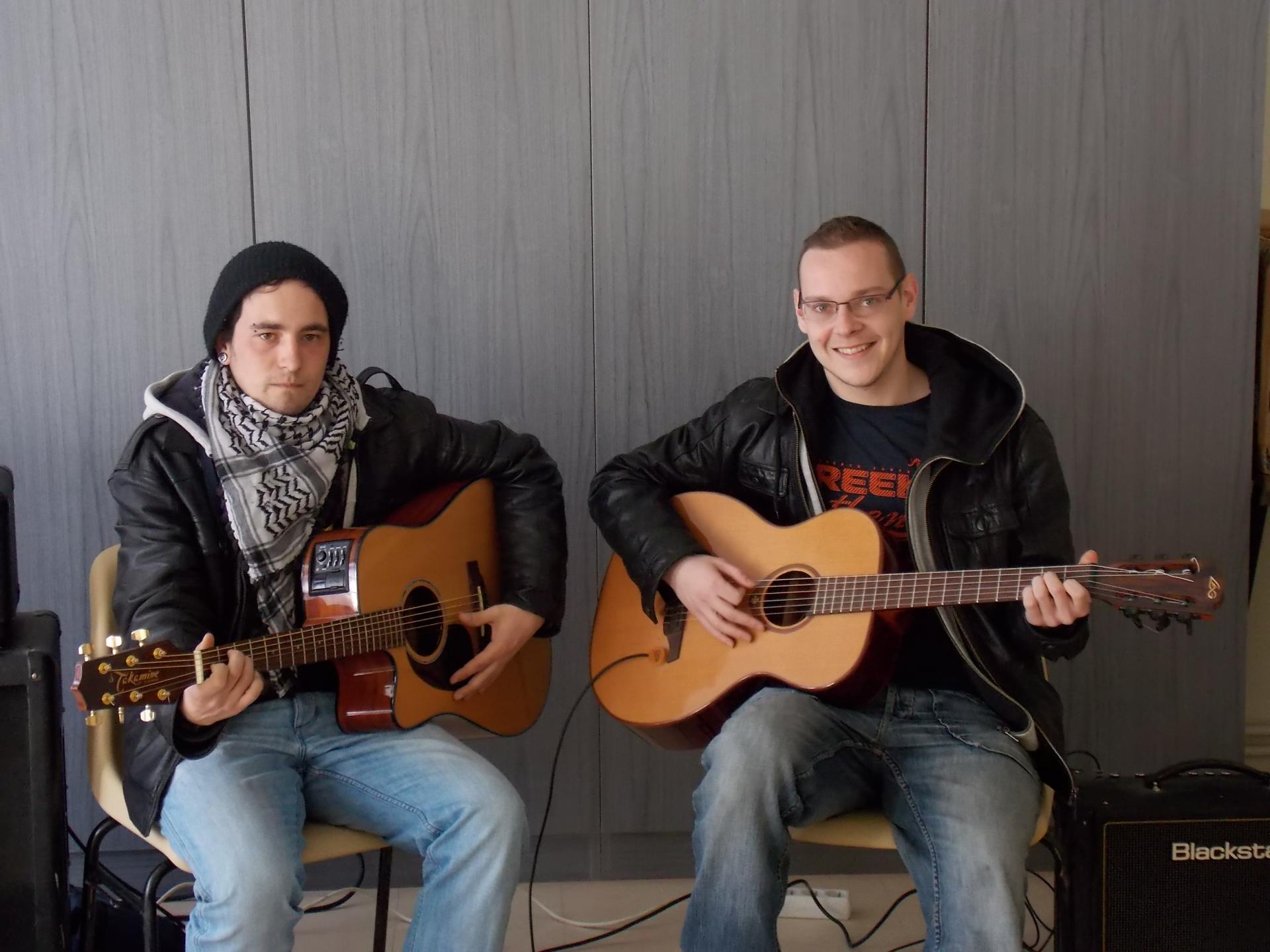 ...guitaristes bénévoles.