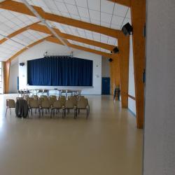 Salle d'une capacité de 200 places, tables et chaises à disposition
